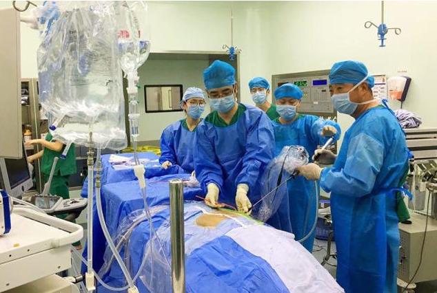 9岁小孩双肾长结石 重庆医生分两次为他取石