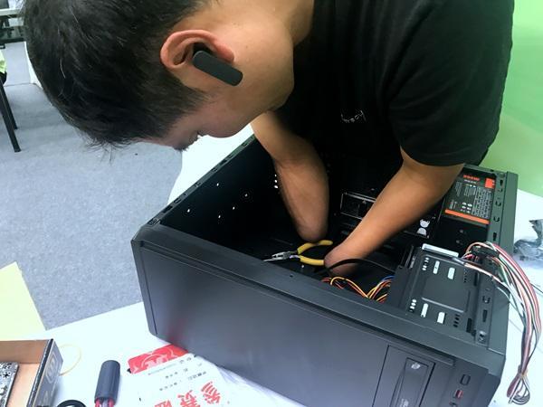 无手小伙组装计算机 160余名残疾人比拼职业技能