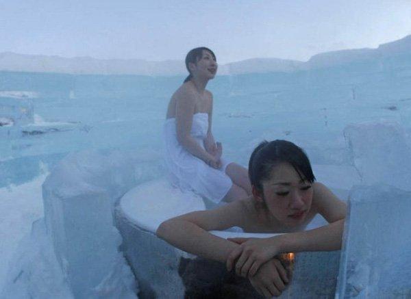 日本美女住冰雕旅馆 体验冰雪温泉图