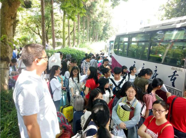 渝北交巡警兴隆公巡大队护送359名考生达到考试驻地