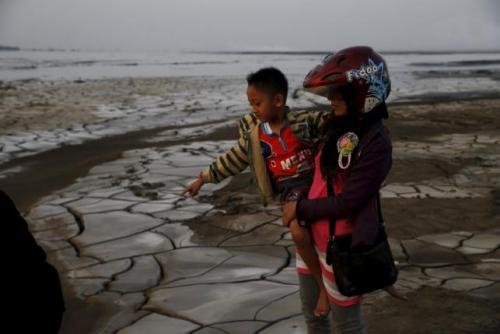 """印尼火山成""""灾难旅游""""景点 还将喷80年"""