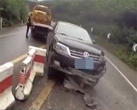 轿车骑上隔离墩