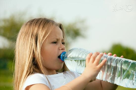 水喝多了恐伤及脑神经 影响正常进食