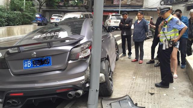 女司机错把油门当刹车 险酿事故