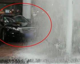 轿车撞坏消防拴
