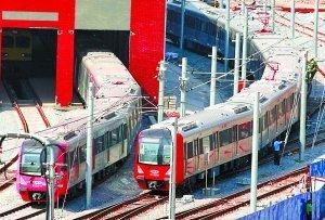 重庆地铁一号线列车来了 是大红色的