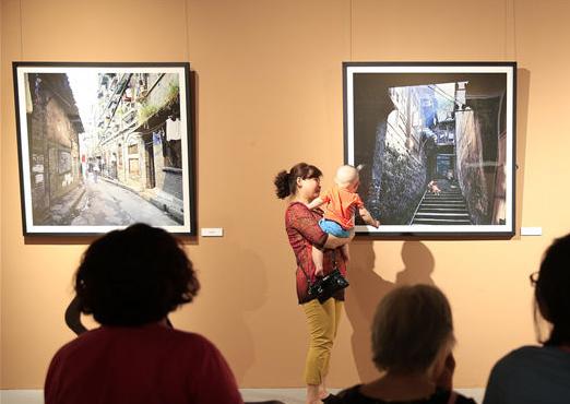 """""""再见十八梯""""影像展 300余张照片展现市民生活变迁"""