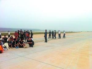 昆明机场航班延误 重庆乘客围堵机场跑道抢飞机
