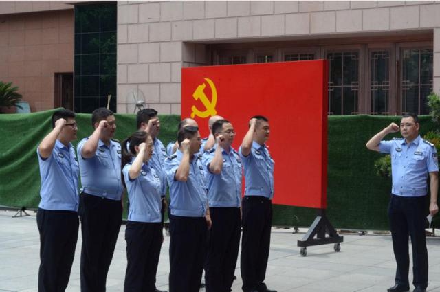 """解放碑大队今日开展""""从温入党誓词""""活动"""
