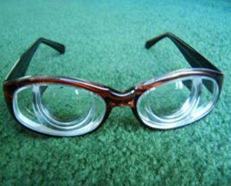 45岁高校老师高度近视 医生为她置换晶体几分钟变清晰