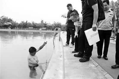 女子泳池内拍水求救4分钟溺亡 家属索赔170余万元
