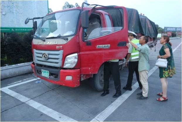 """""""绿牌""""货车上高速路 交警一查竟是辆拖拉机"""