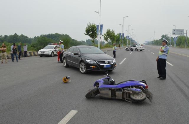 七旬老婆婆驾驶机动车掉头 撞上直行二轮电动车