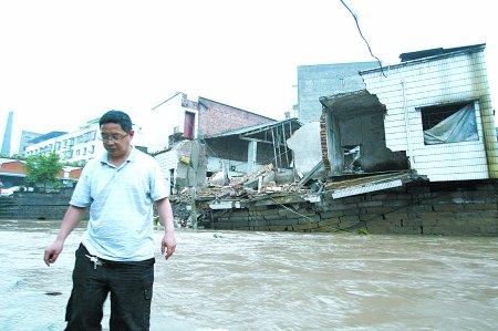 暴雨致永川等8区县受灾 大滑坡砸断渝武高速