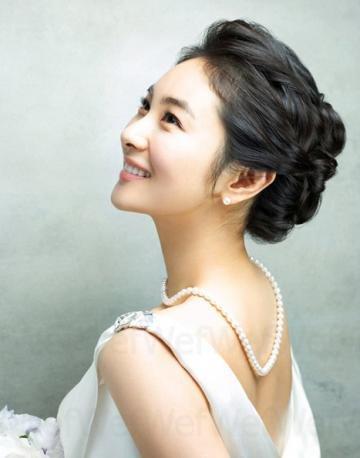 大渝导读:韩系风格作为继日系风潮之后崛起的亚洲时尚风格,受到亚洲时尚MM的关注,国内众多MM们都会热衷于韩式发型并相继效仿。韩式发型主要特点是,集简单、时尚、优雅于一体,又不失少女味。不知不觉中,打造一款可爱的韩国发型成为了许多MM追求的目标。
