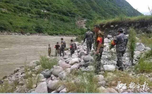 重庆自驾车疑坠落大渡河 车上5人全失踪