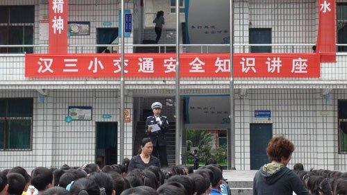 彭水县城装上红绿灯 交巡警发传单普及常识