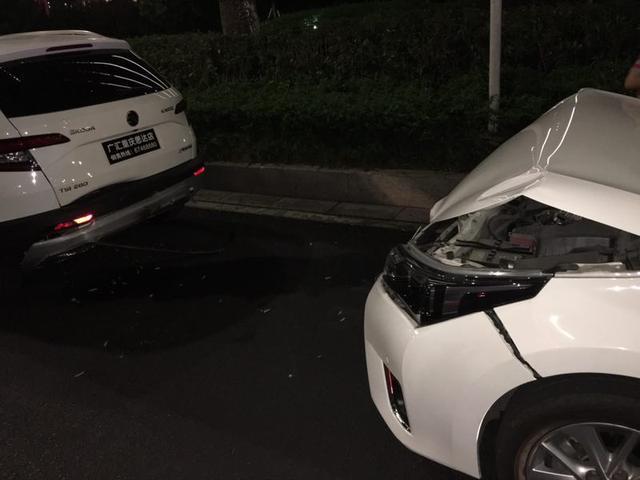 实习女司机挂错挡致车辆倒退 连撞后面丰田两次惹大
