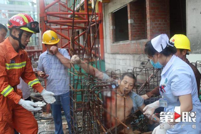 大竹林一工人掉入钢筋架 手臂被刺穿