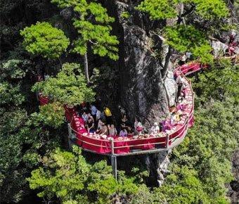 浙江悬崖餐厅开放 游人登绝壁栈道体验美食