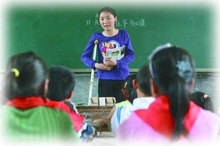 """""""重庆最美女教师""""王洪英:拐杖撑起大爱天空"""