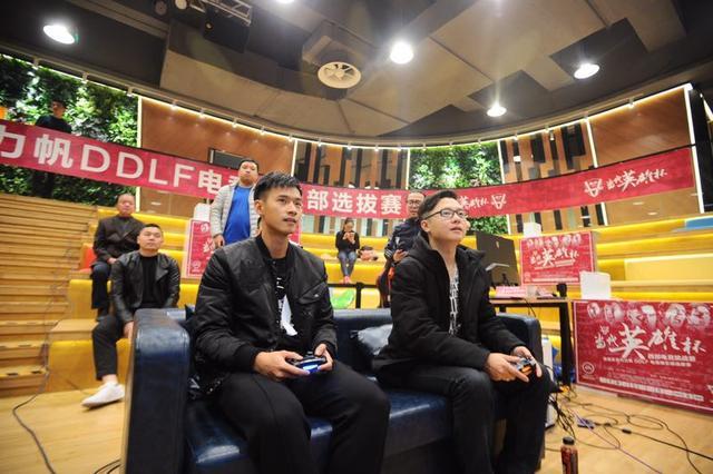 重庆当代力帆球员和球迷单挑实况足球赛