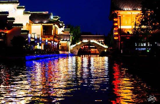 夜晚的秦淮河依然繁华