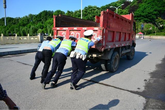 货车突发故障堵塞赶考路 交巡警推车及时疏通