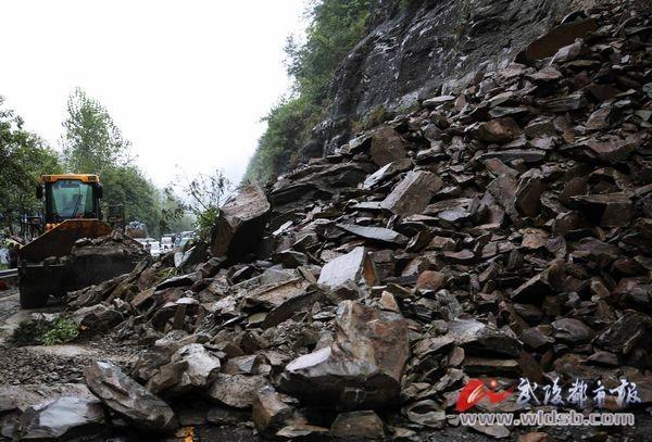黔江:山体滑坡致国道319线交通中断(图)