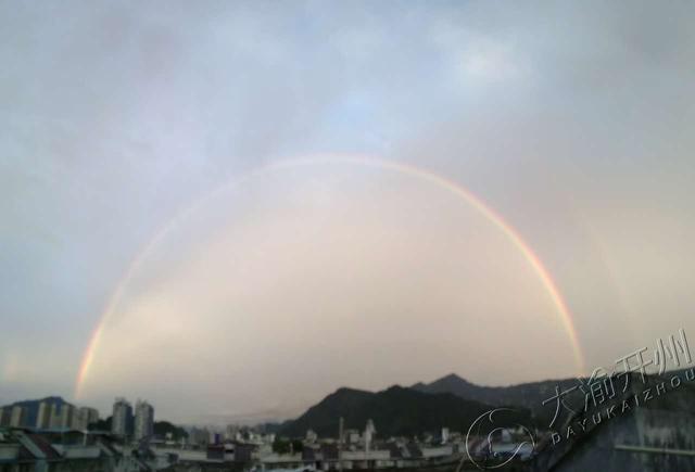 美!开州大雨后现超大彩虹和晚霞