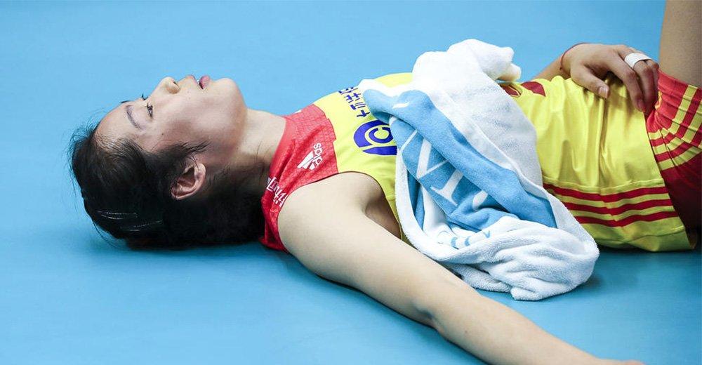 心疼!朱婷赛后躺地放空自己 她真的太累了