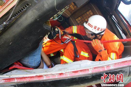 货车坠入近10米高山崖 驾驶室严重变形司机被困