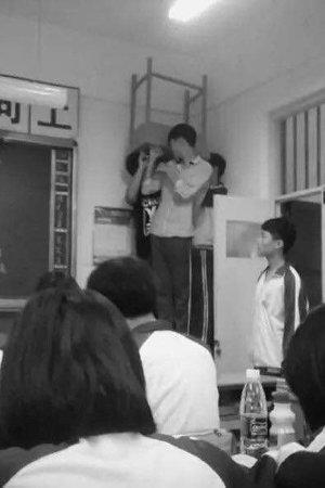 4学生迟到被罚举桌子站桌上 教师被记过(图)