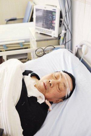 部新区,男子在医院仍昏迷不醒,院方希望能够尽快找到他的家属 图片