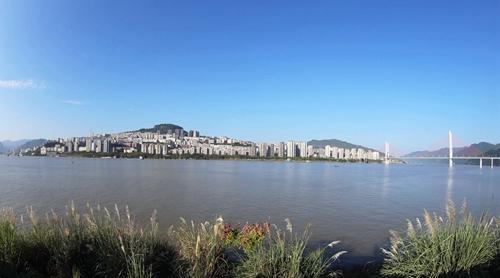 长江云阳段水位已涨至172.42米 呈现平湖美景