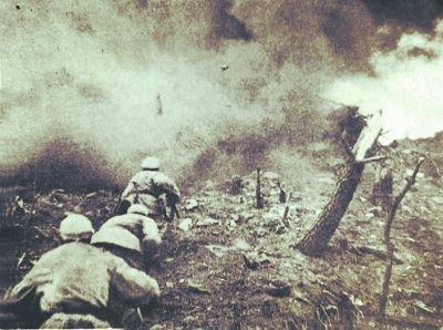 黄继光堵枪眼时身穿的军装。  万福来。上甘岭战役中,一块弹片直接击中他的嘴部,留下了永久变形。  15军45师在黄继光牺牲处镌刻的纪念碑,上书:中国人民志愿军马特洛索夫式二级战斗英雄黄继光同志以身殉国永垂不朽。因上报材料过于简单,黄继光最初被授予二级战斗英雄。1953年4月,志愿军总部追授黄继光特级英雄。 战至18日,联合国军第一次占领了两处高地的全部地面阵地,阵地上的志愿军被迫退守坑道。 其实,能退入坑道的志愿军所剩无几。第45师逐次投入的十几个连已经基本拼光了,师长崔建功手里,已经拼凑