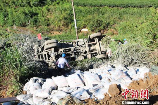 货车坠入近10米高山崖驾驶室严重变形司机被困