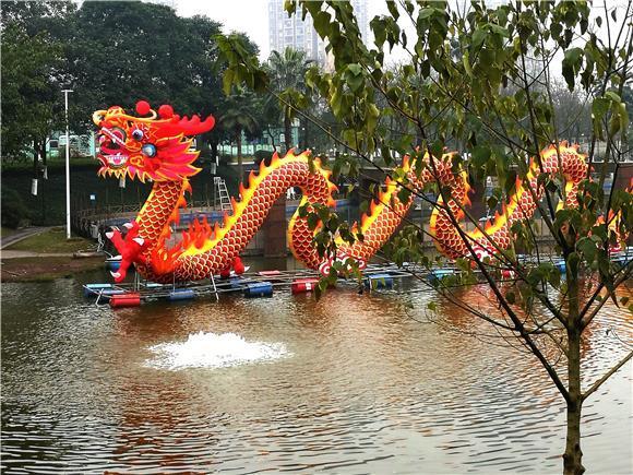 108米彩龙亮相铜梁人民公园湖面