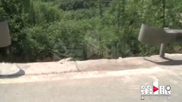 私拆公路护栏 挖掘机翻覆司机当场身亡