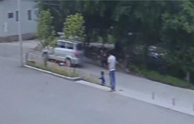 4岁孩童横穿马路 车辆避让不及将其碾压