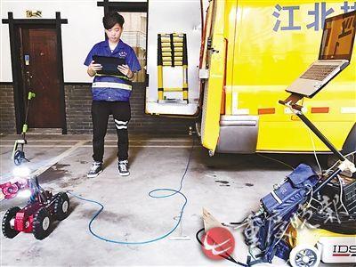 城市管理新手段 机器人检测走进主城地下管道