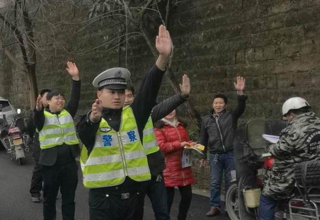 万州交巡警开展农村交通安全劝导员培训活动