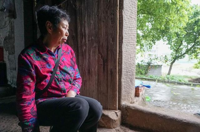 左眼看不见光右眼看不清人 65岁老妇独居柴房近20年