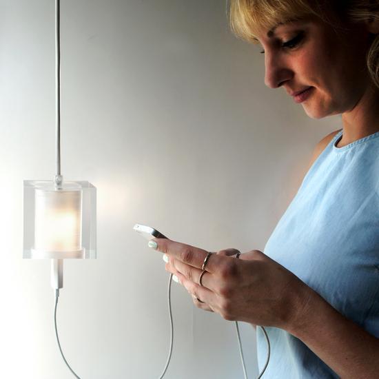 以后充电要上房?能插充电器的吊灯你见过么