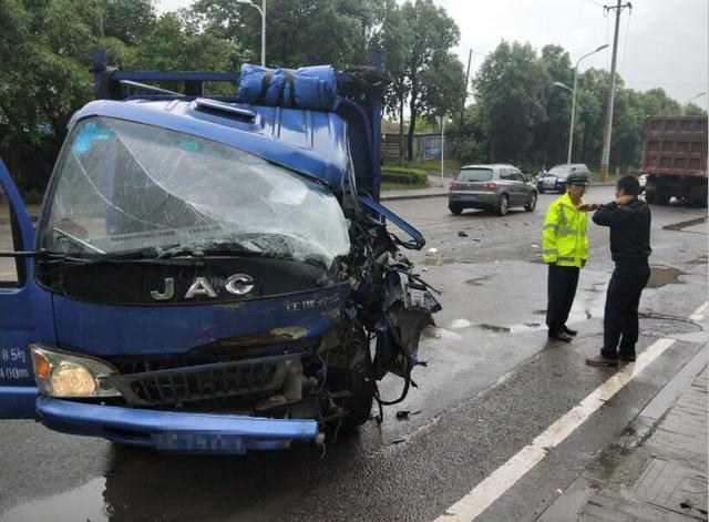 司机为超车变道逆行 致两车相撞损失上万