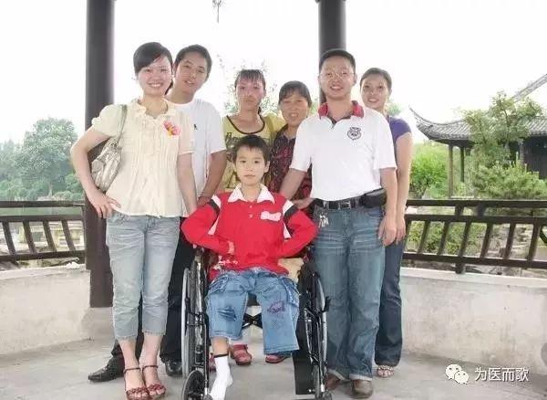 帅小伙汶川地震中被截肢 10年后带女友与医生重逢
