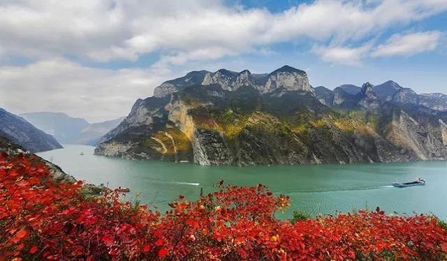 巫山国际红叶节17日开幕 游巫山看航模、吃烤鱼品三峡