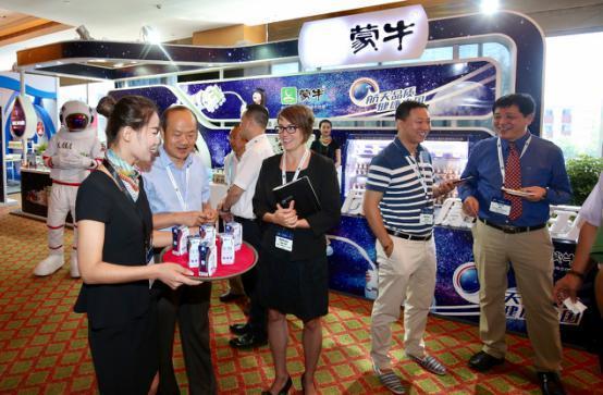 """全球乳业领袖聚首""""中国乳都"""" 蒙牛树乳业可持续发展标杆"""