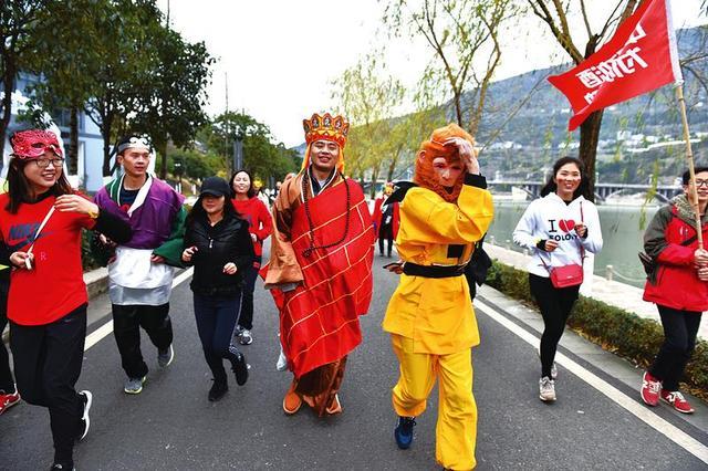 200余名跑步爱好者扮成影视人物 在汉丰湖慢跑