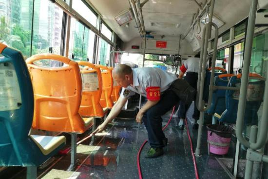 """重庆上百辆公交陆续车厢消毒 迎""""五一""""客流高峰"""